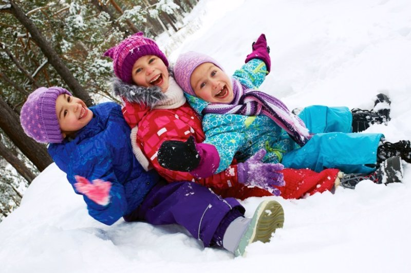 Jugando En La Nieve Con Ninos