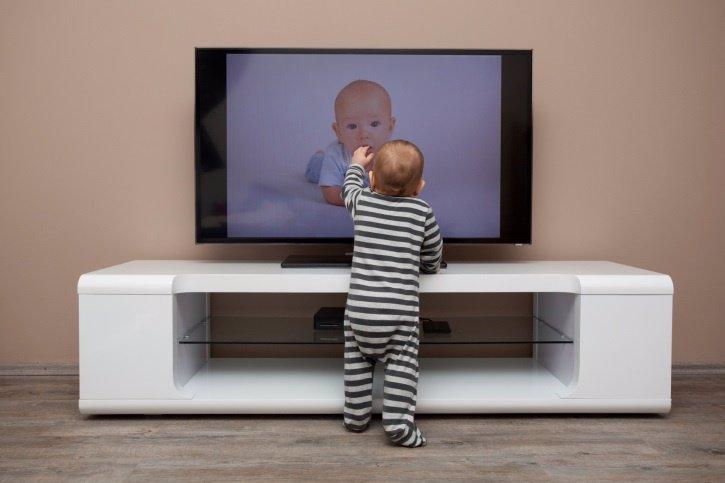 Niño bebé viendo televisión