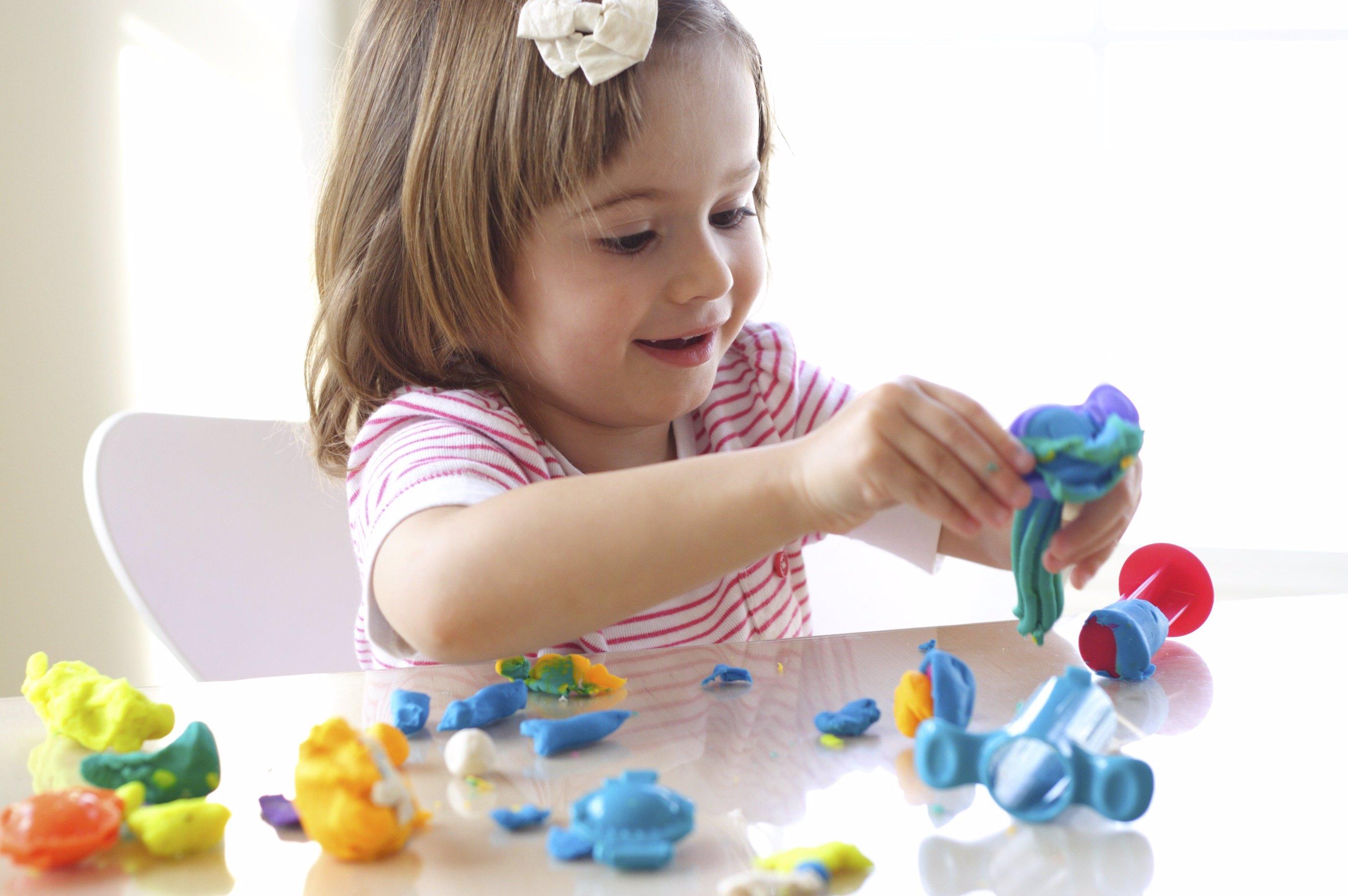 Los beneficios de jugar con plastilina para los niños