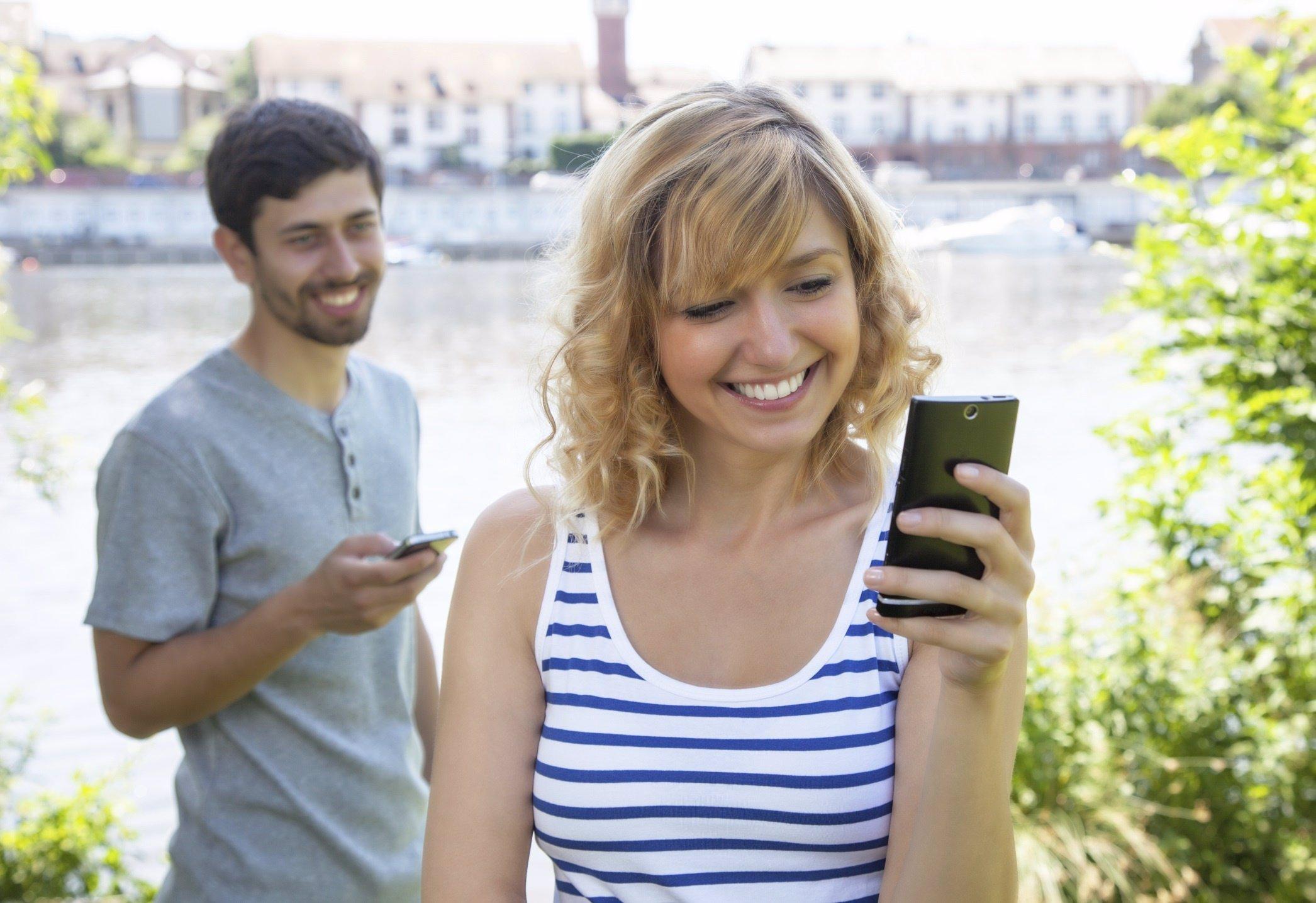 Pareja chateando, móvil, smartphone, WhatsApp y Line