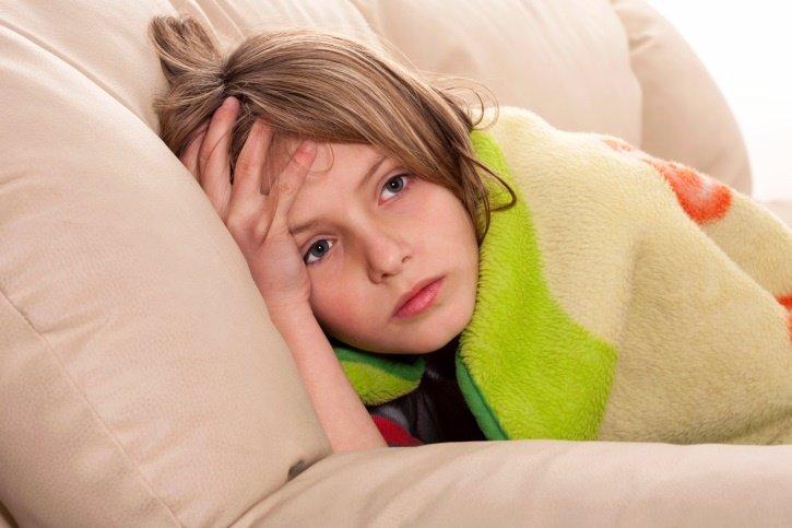 Niña enferma, trucos para tratar los vómitos en los niños