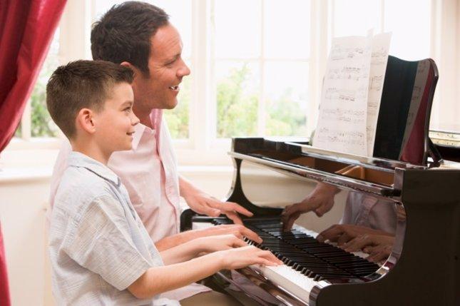 Padre e hijo con piano. Canciones para el día del padre
