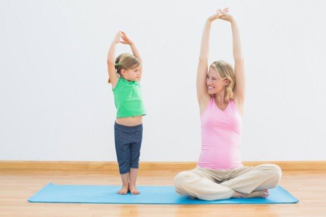 Yoca contra el estrés infantil, mamá embarazada e hija