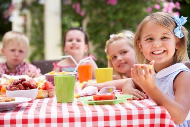 La educación en la mesa para los niños