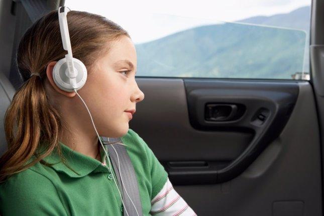 Niña en coche, mareo, música, auriculares,