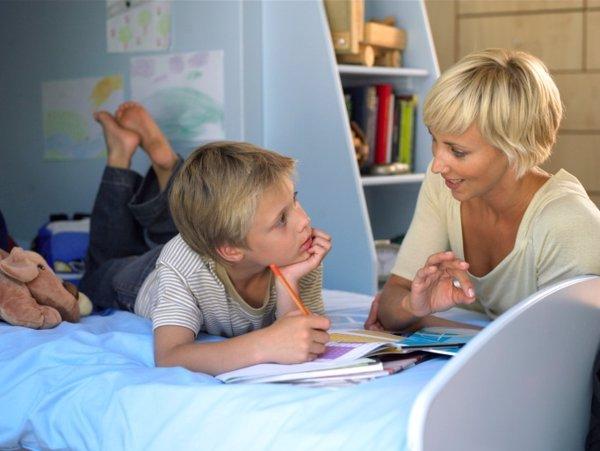 Madre educando a su hijo