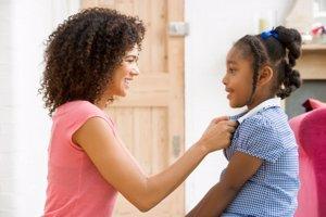 Madre enseñando a su hija