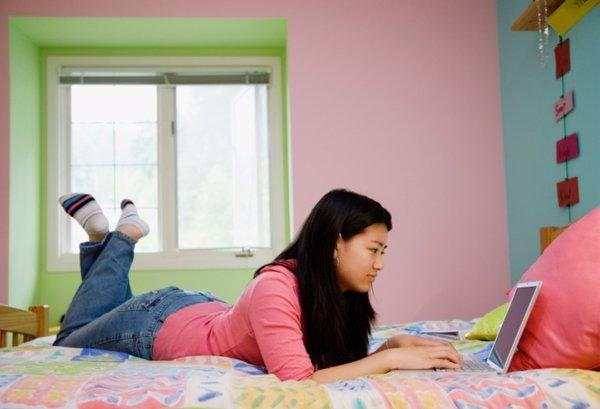 Chica navegando en internet