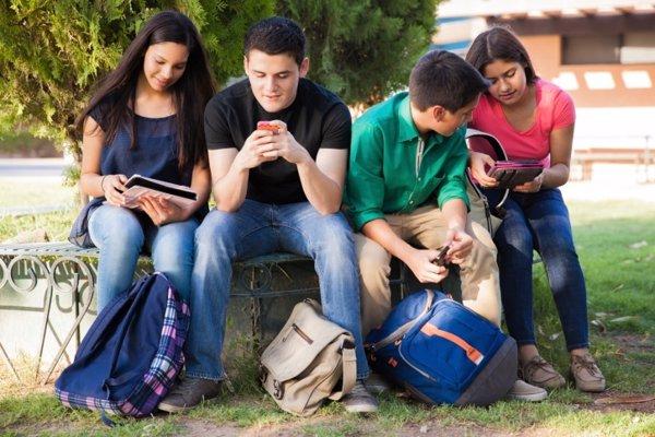 Adolescentes usando las nuevas tecnologías