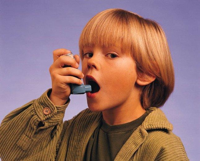 Niño con inhalador, asma