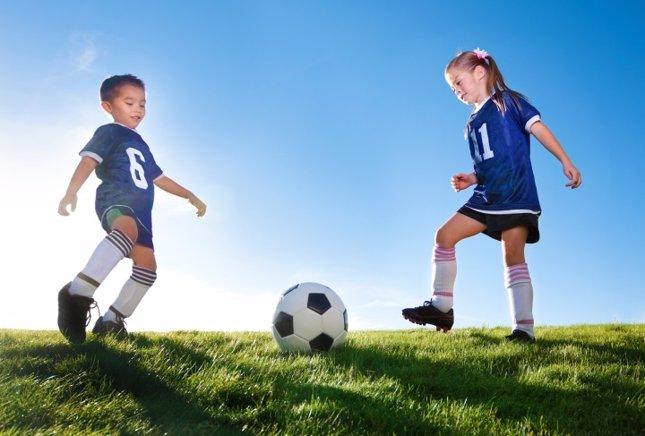 Fútbol, niños jugando pelota