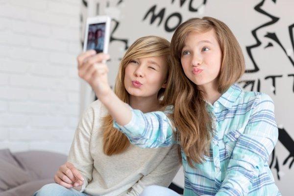 Adolescentes usando su móvil