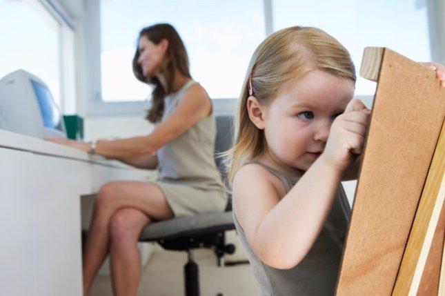 Mujer en el trabajo con su hija