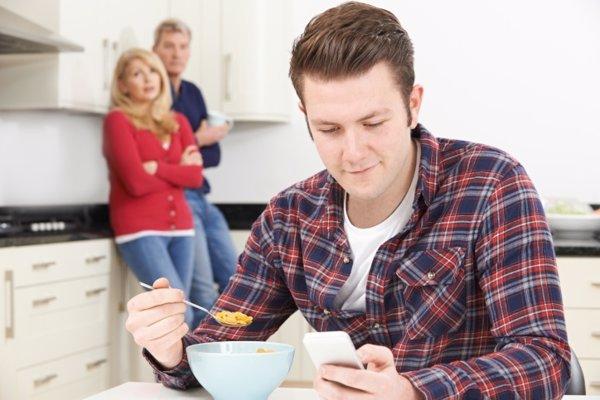 Hijo adulto en casa de sus padres