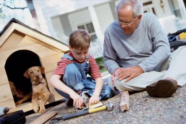 Abuelo enseñando a su nieto