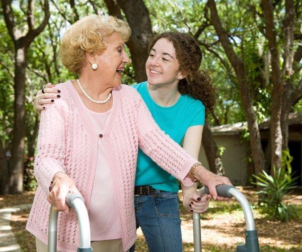 Chica joven ayudando a una anciana