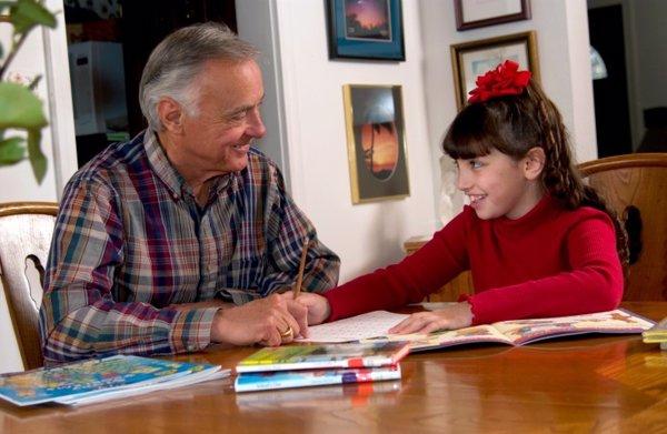 Resultado de imagen para Abuelo cargando su nieta