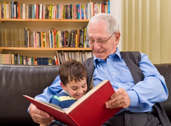 Abuelo leyendo con su nieto