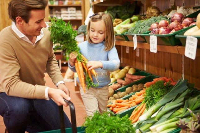 Niña y verduras