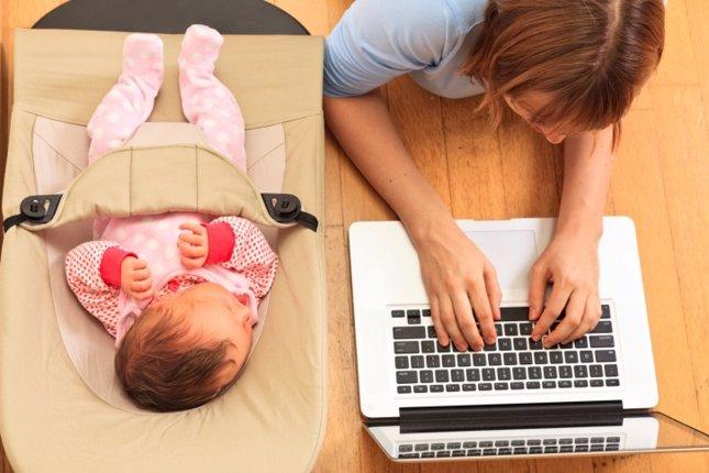 Madre trabaja y bebé