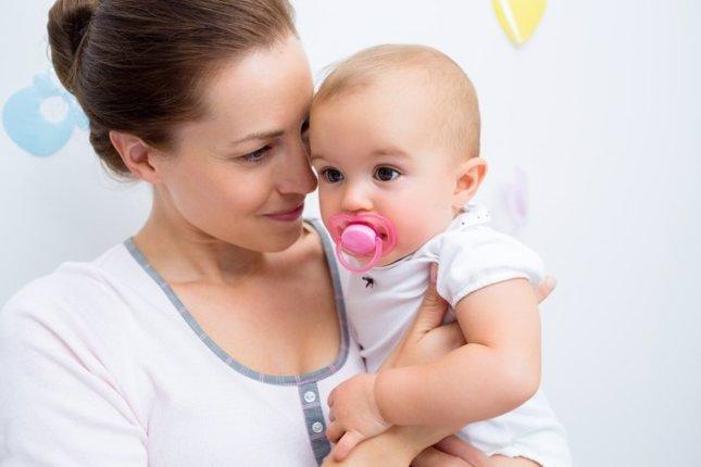Bebé chupete con madre