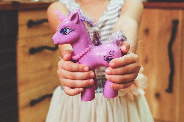 Juguete, niña regala un juguete