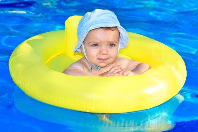 Bebé flotador en piscina