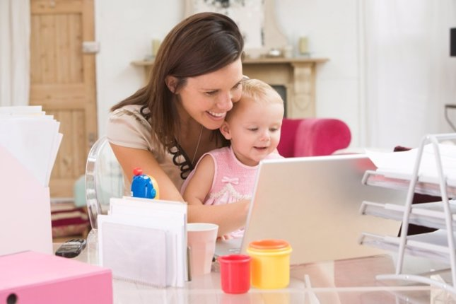 Madre trabajadora con bebé en oficina