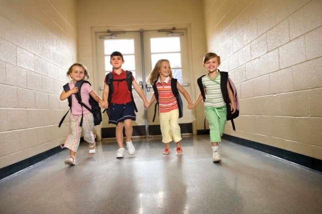 Niñas en el pasillo de la escuela
