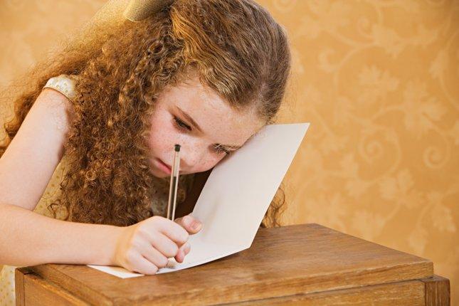 Niña escribe