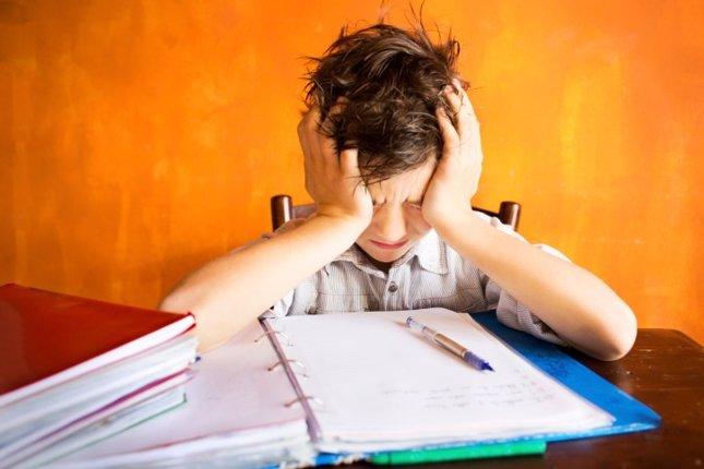 Niño con deberes, estresado