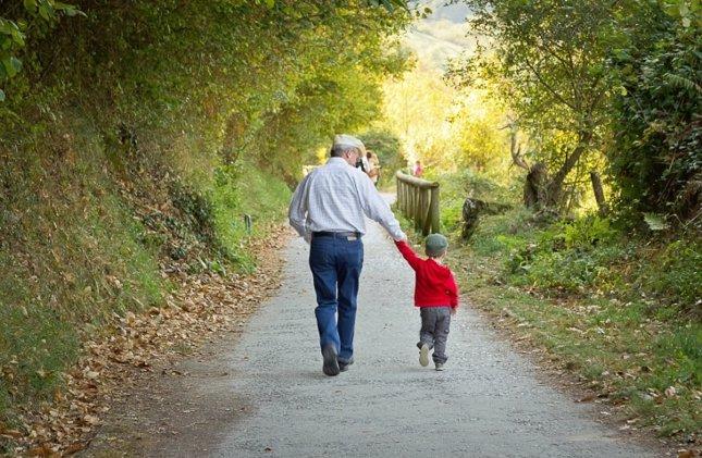 Abuelo y nieto pasean