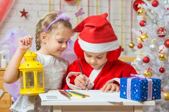Niños escriben su lista de regalos de Navidad