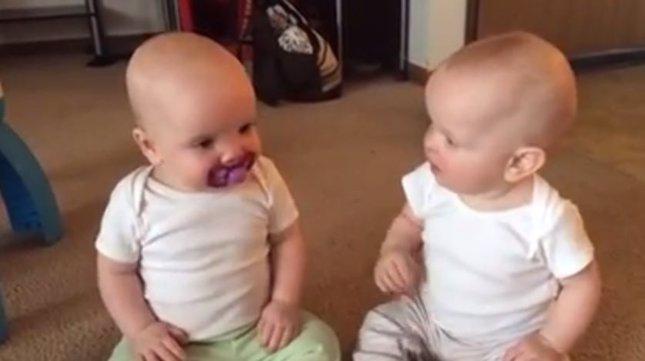 Dos bebés y un chupete