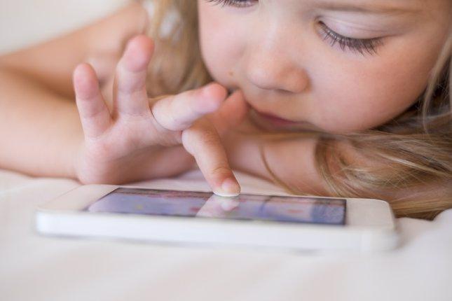 Riesgos de calmar a los niños con un smartphone