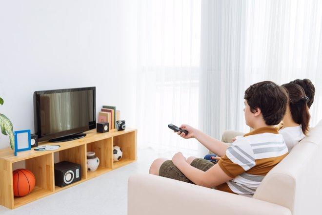 Familia viendo la tele