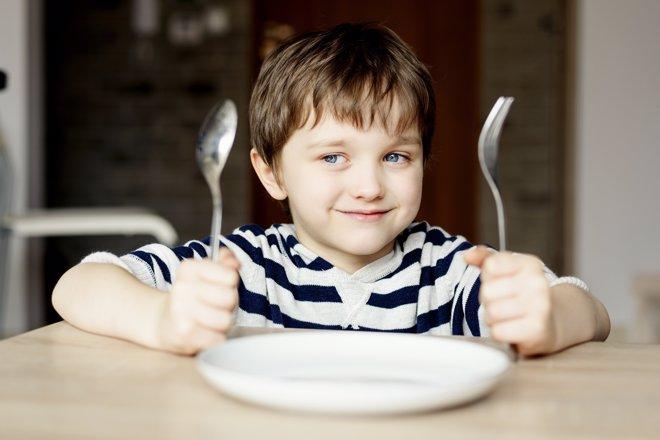 Los dos años del niño significan el comienzo de su autonomía en la mesa