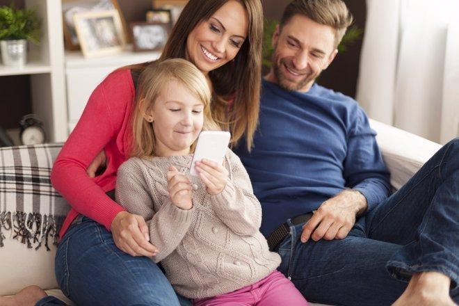 Los padres tienen la obligación de saber qué uso dan los hijos al móvil