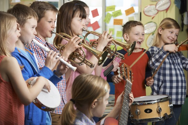 Aprender a tocar un instrumento musical tiene múltiples beneficios