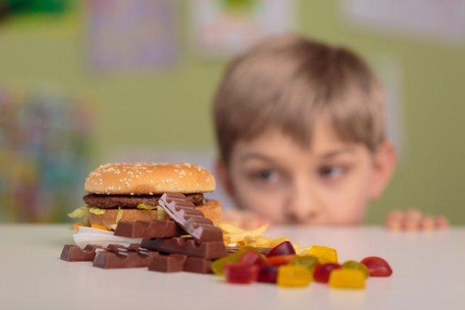 Nuestros hijos están sobreexpuestos a anuncios de comida basura