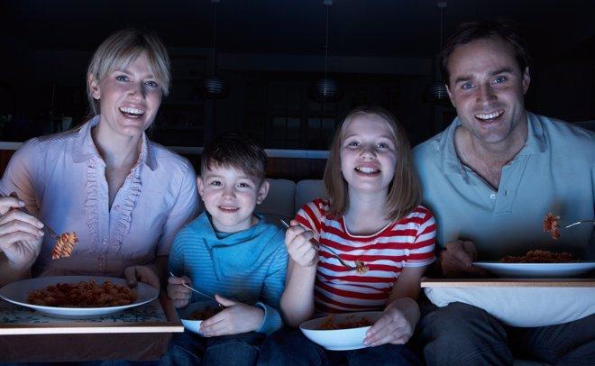 Comer con el televisor encendimo no es algo recomendable