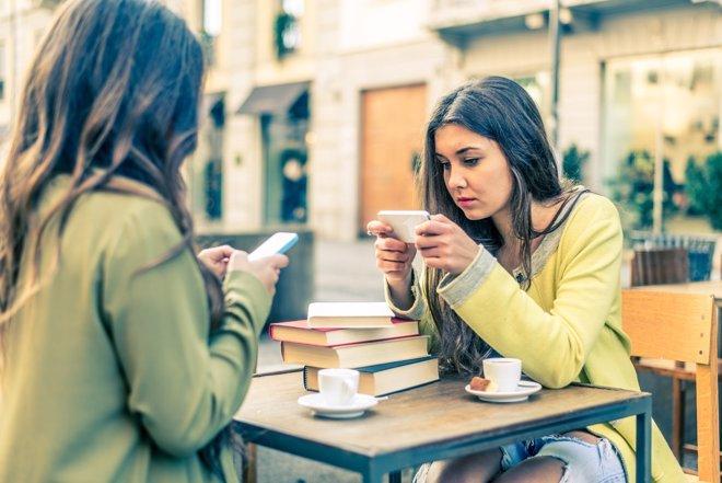 Los jóvenes cada vez hacen mayor uso de sus smartphones