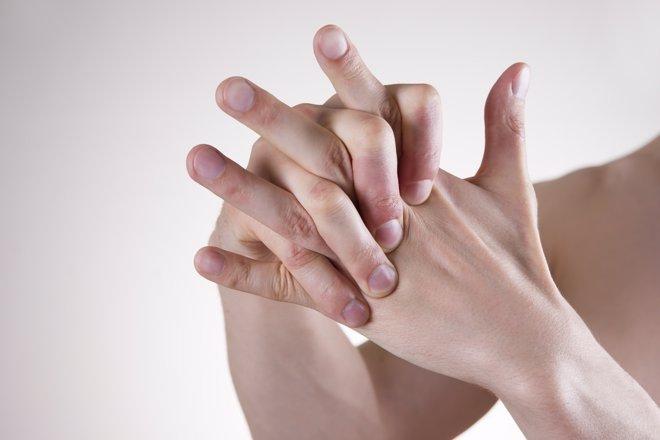 Crujirse los nudillos tiene efectos a largo plazo en articulaciones