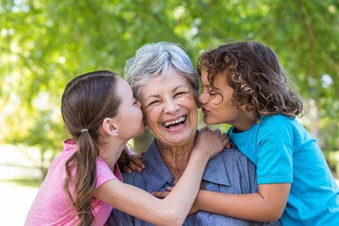 Abuelos enamorados de sus nietos