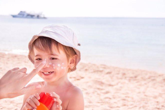 Las cremas solares ayudan a prevenir quemaduras mejor que las sombrillas