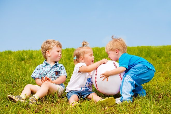Peleas entre niños: qué hacer si pega