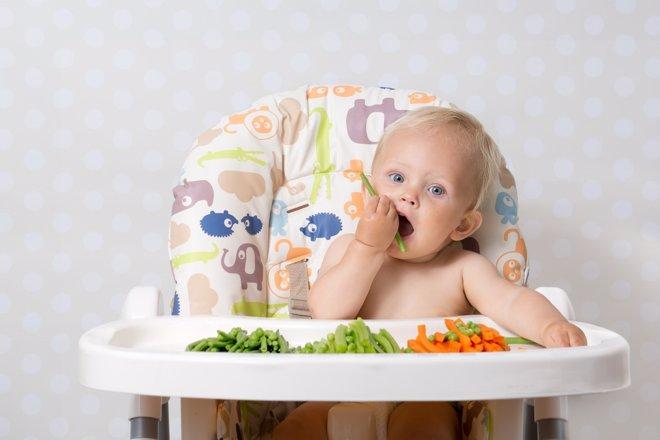 Introducir alimentos sólidos favorece la autonomía del niño
