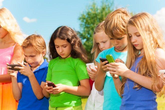Los niños dedican más tiempo al móvil que al ejercicio en vacaciones